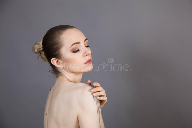 Dziewczyna z miękkim odprężeniem skóry po zabiegach Spa zdjęcia stock