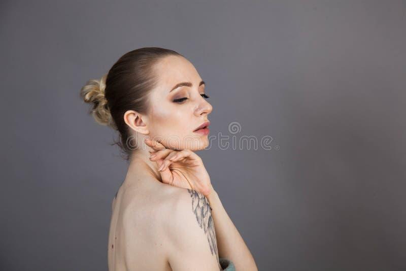 Dziewczyna z miękkim odprężeniem skóry po zabiegach Spa obrazy royalty free
