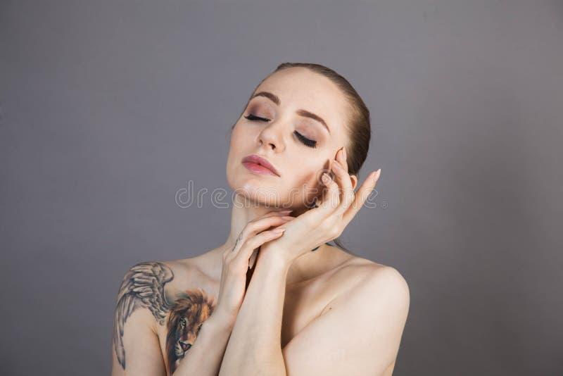 Dziewczyna z miękkim odprężeniem skóry po zabiegach Spa fotografia stock