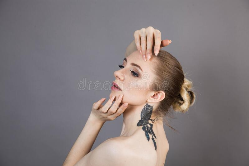 Dziewczyna z miękkim odprężeniem skóry po zabiegach Spa obraz royalty free