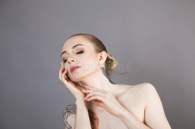 Dziewczyna z miękkim odprężeniem skóry po zabiegach Spa fotografia royalty free