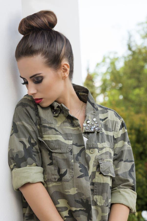 Dziewczyna z militarnym miastowym stylem fotografia royalty free