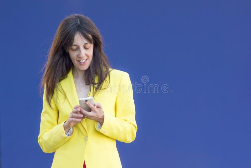 Dziewczyna z mobilnym błękitnym tłem obraz royalty free