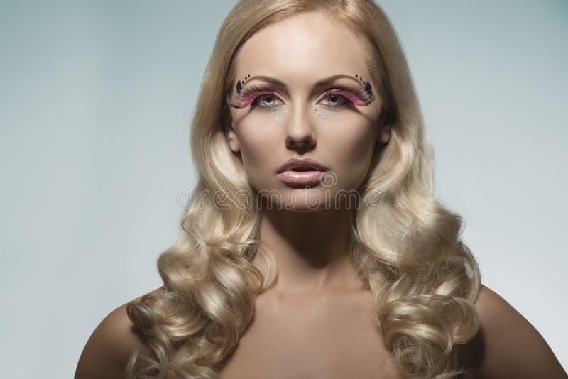 Dziewczyna z moda kreatywnie makijażem zdjęcie royalty free