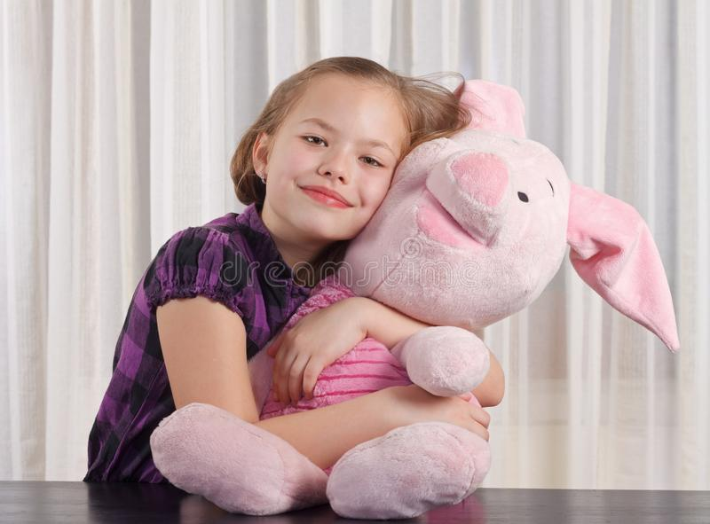 Dziewczyna z mokiet zabawką obraz stock