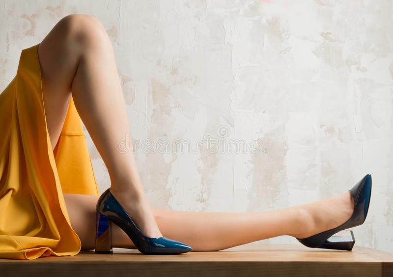 Dziewczyna z nagimi nogami w błękitnych butach zdjęcia stock