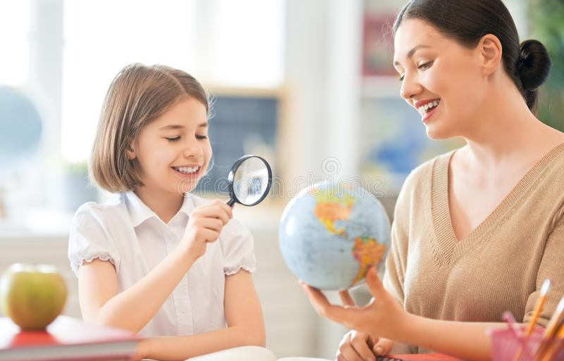 Dziewczyna z nauczycielem w sali lekcyjnej obraz royalty free