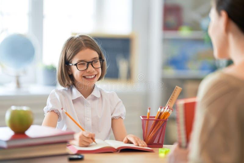 Dziewczyna z nauczycielem w sali lekcyjnej zdjęcia royalty free