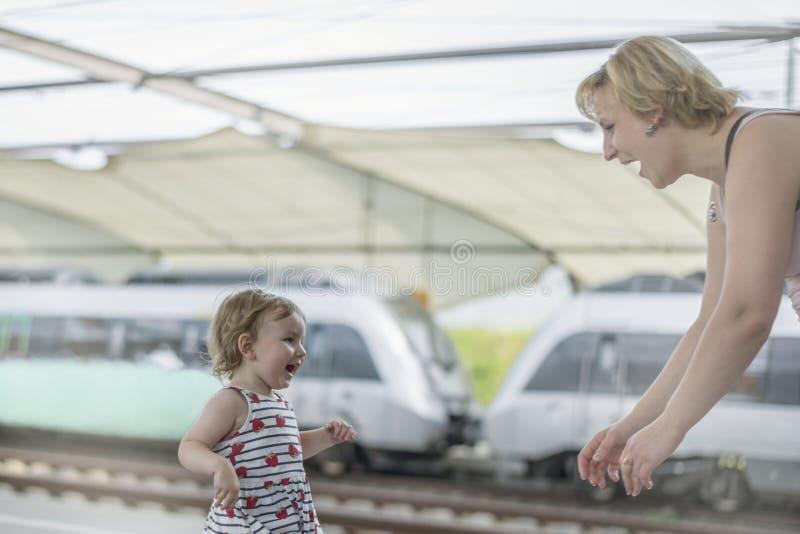 Dziewczyna z niebieskimi oczami i blondynem szczęśliwie biega wzdłuż platfo zdjęcie stock