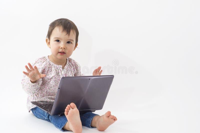 Dziewczyna z notatnika prawdziwy szczęśliwym na białym backround zdjęcie royalty free