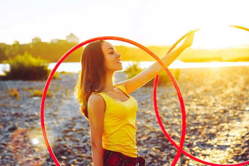 Dziewczyna z obręczami w naturze zdjęcia stock