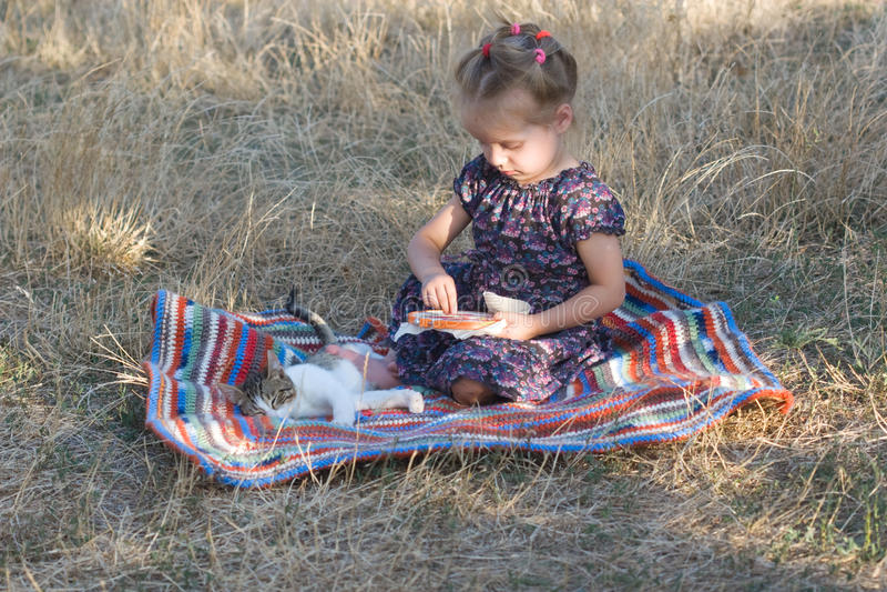 Dziewczyna z obręczem haftuje obrazy royalty free