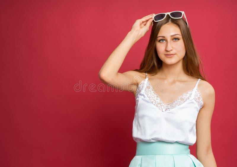 Dziewczyna z okularami przeciwsłonecznymi i suknią zdjęcie royalty free