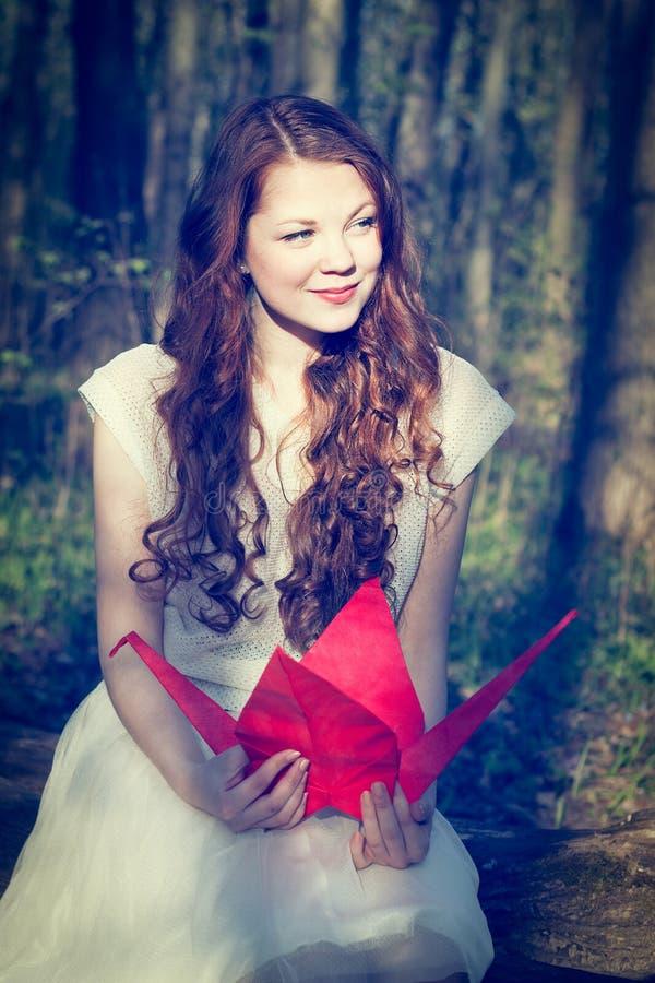 Dziewczyna z origami żurawiem obraz stock