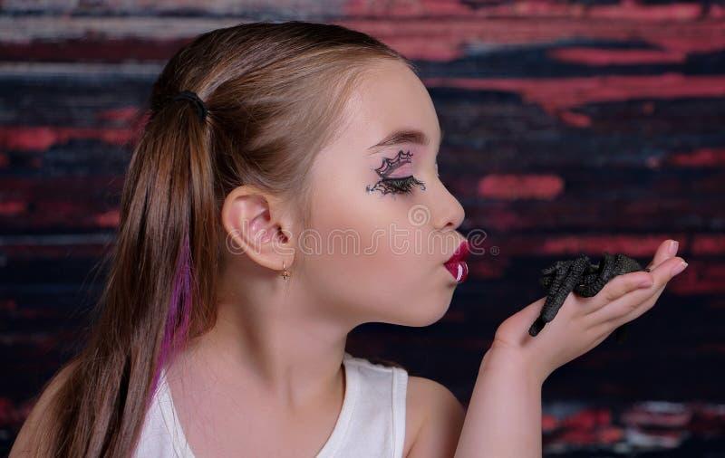 Dziewczyna z pająkiem obraz stock