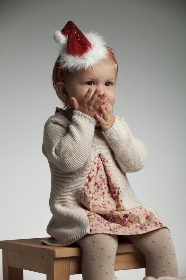 Dziewczyna z palmami nad jej usta oczekuje Santa Claus obraz royalty free