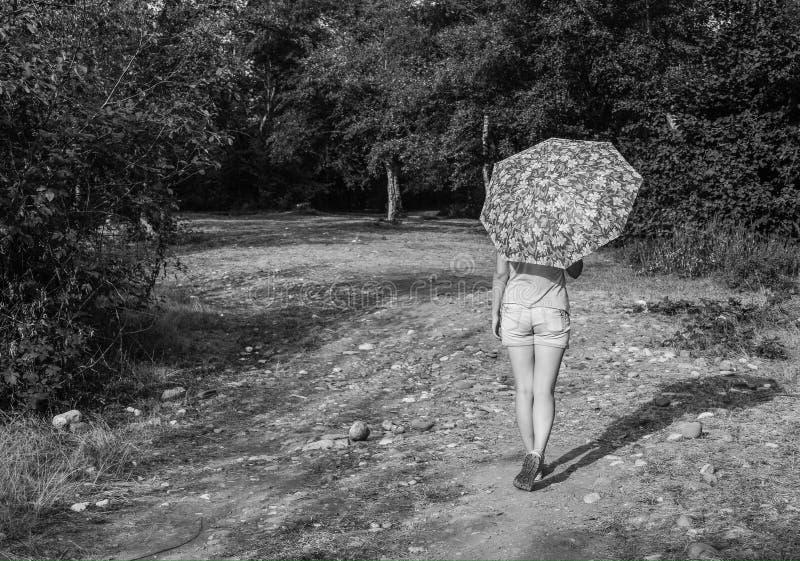 Download Dziewczyna Z Parasolem, B&w Fotografia Obraz Stock - Obraz złożonej z ręki, relaks: 57663141