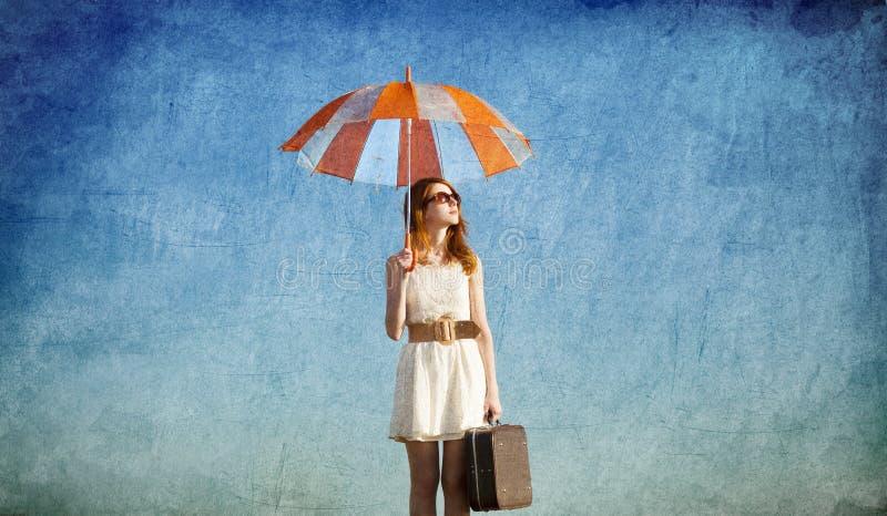 Dziewczyna z parasolem i walizką obraz stock