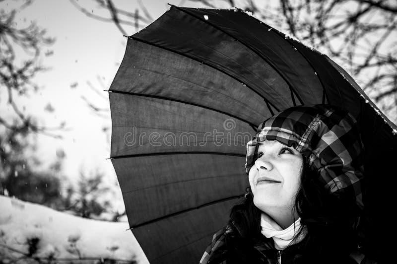 Dziewczyna z parasolem w śniegu zdjęcie stock