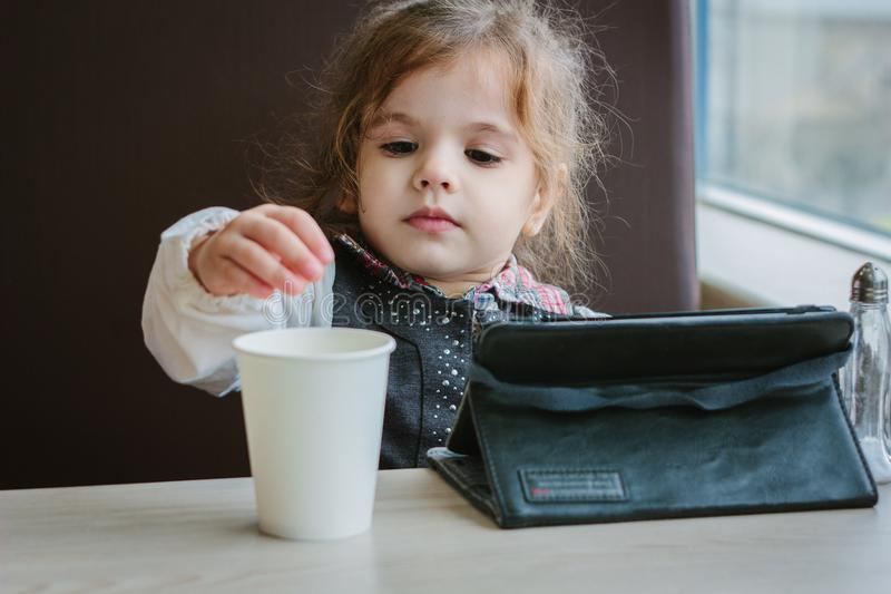Dziewczyna z pastylka PECETEM zdjęcie stock