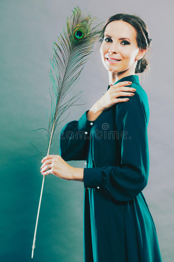 Dziewczyna z pawimi piórkami zdjęcie stock
