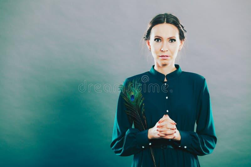 Dziewczyna z pawimi piórkami obrazy stock