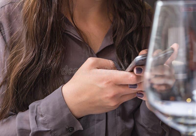 Dziewczyna z pełną ostrością na telefonie komórkowym obraz royalty free