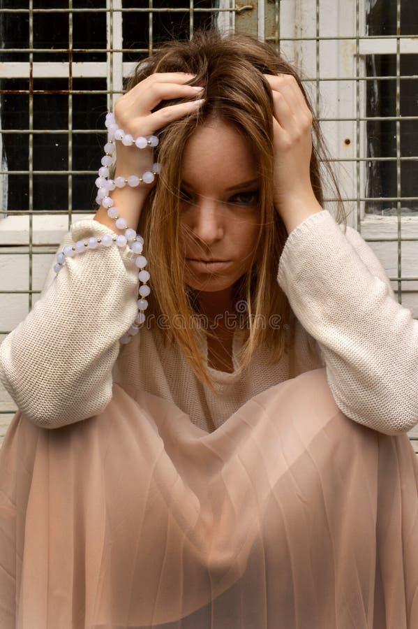 Dziewczyna z perłami wokoło ona ręka zdjęcie stock