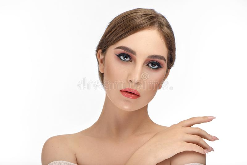 Dziewczyna z perfect uzupełniał po piękno salonu, malujący czarny eyeliner zdjęcia stock