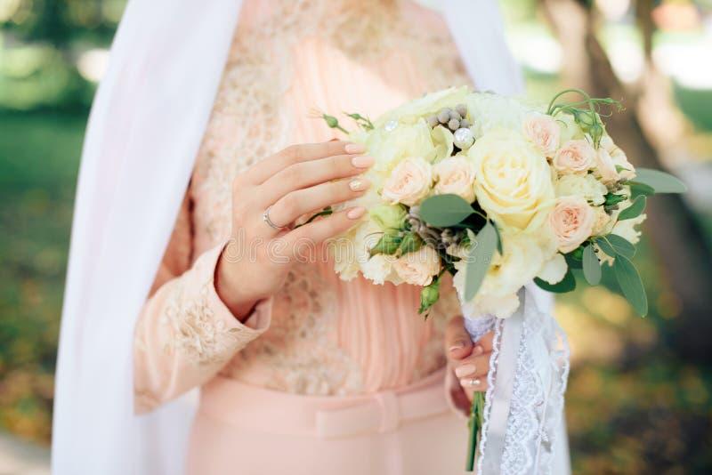 Dziewczyna z pięknym manicure'em z bukietem kwiaty białych róż zakończenie i fotografia stock