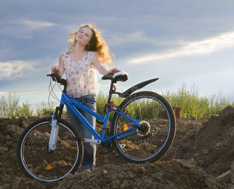 Dziewczyna z pięknym włosy na bicyklu zdjęcia stock