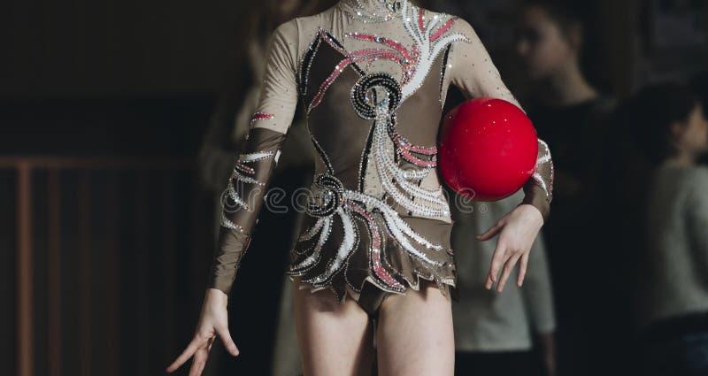 Dziewczyna z piłką na fachowej gimnastyczce Elastyczność w acrob obraz stock