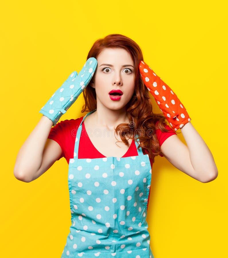 Dziewczyna z piekarnika fartuchem i rękawiczkami obrazy royalty free
