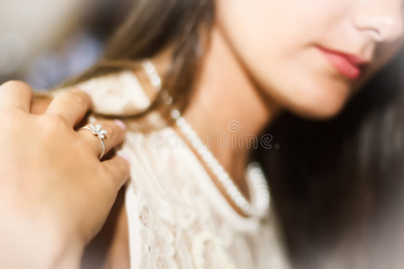 Dziewczyna z pierścionkiem i perłami w glamourous stylu zdjęcia royalty free