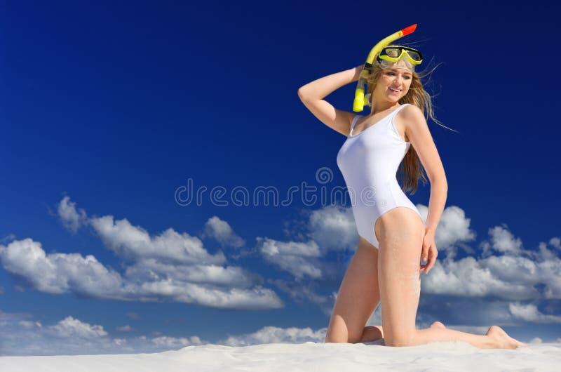 Dziewczyna z pikowanie maską na plaży zdjęcie royalty free