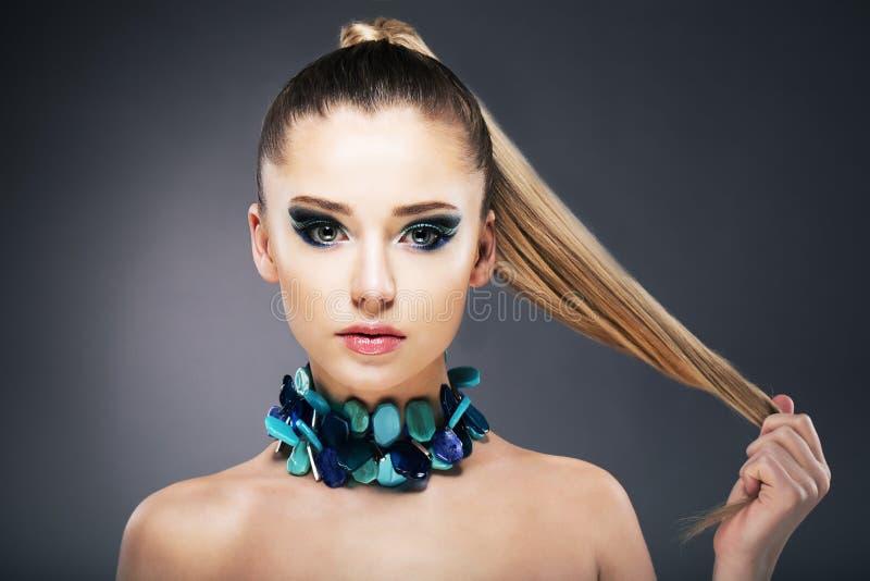 Traktowanie. Kobiety mienia porady ona długi słabo włosy w ręce obraz royalty free