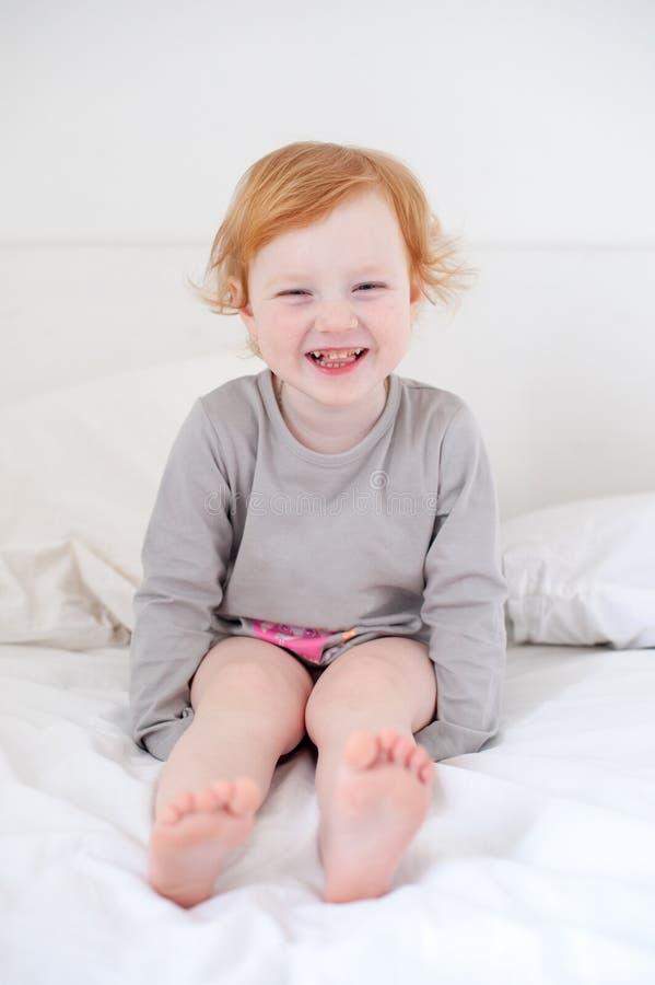 Dziewczyna z próchnica uśmiechami zdjęcia stock