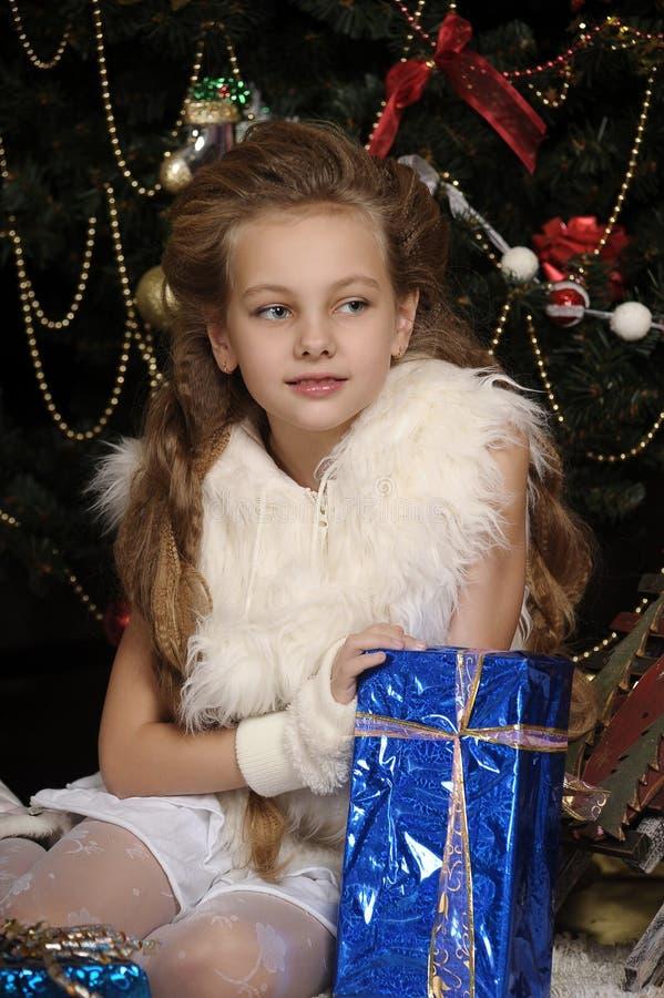 Dziewczyna z prezentem w błękitny pakować fotografia stock