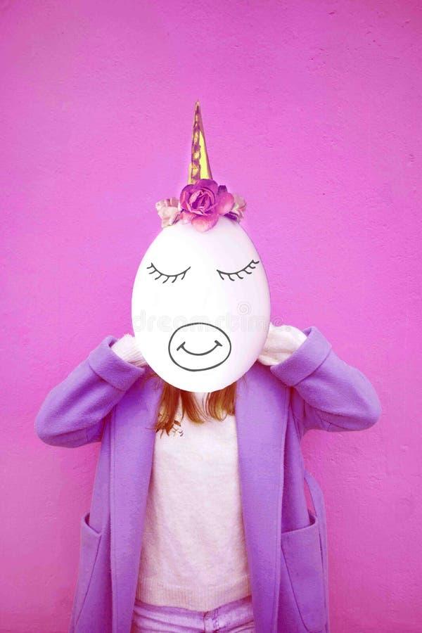 Dziewczyna z przestrzenią zamiast twarzy i jajko przewodzimy z jednorożec dekoracją Dzisiejsza ustawa kolaż Kawaii stawia czoło - zdjęcie royalty free