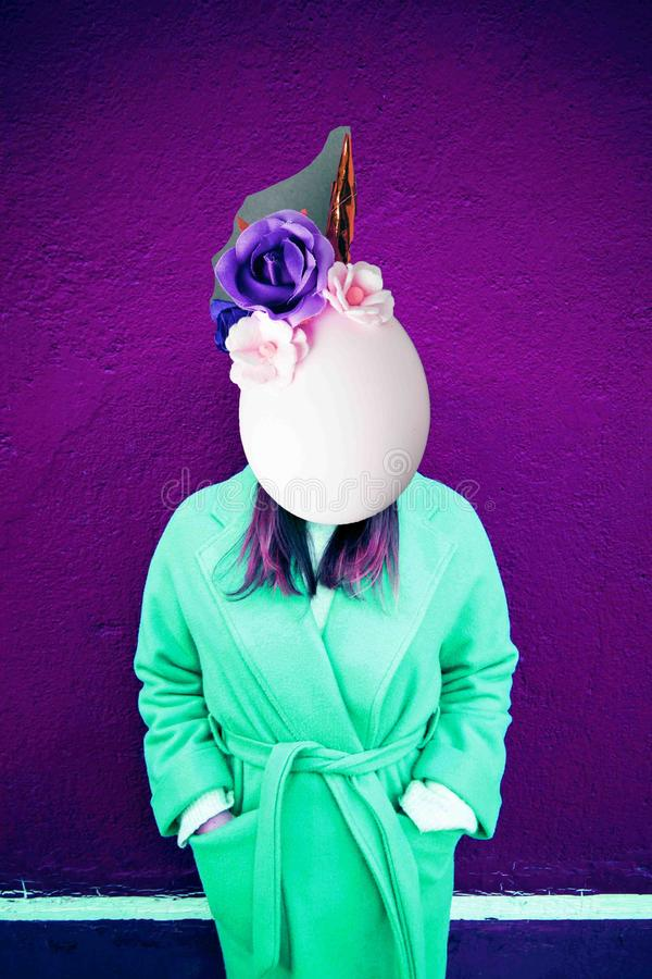 Dziewczyna z przestrzenią zamiast twarzy i jajko przewodzimy z jednorożec dekoracją Dzisiejsza ustawa kolaż Pojęcie Memphis stylu fotografia royalty free
