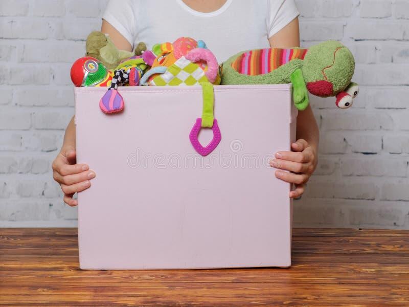 Dziewczyna z pudełkiem zabawki przygotowywać dla darowizny fotografia royalty free