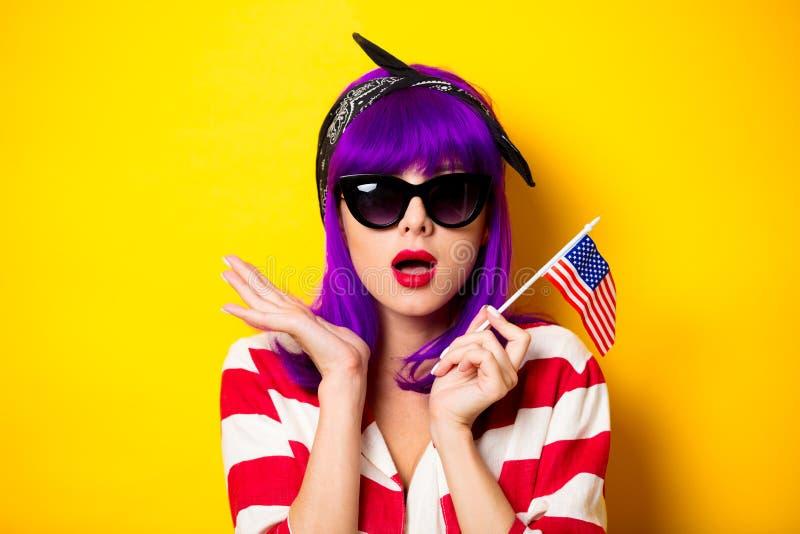 Dziewczyna z purpurową włosianą trzyma Stany Zjednoczone flaga zdjęcia stock