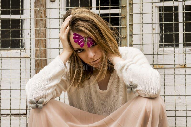 Dziewczyna z purpurowymi i białymi motylami obraz stock