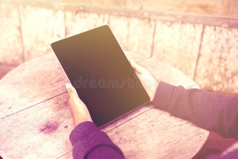 Dziewczyna z pustą cyfrową pastylką outdoors obrazy royalty free