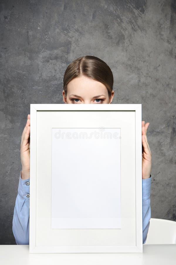 Dziewczyna z pustą ramą obrazy royalty free