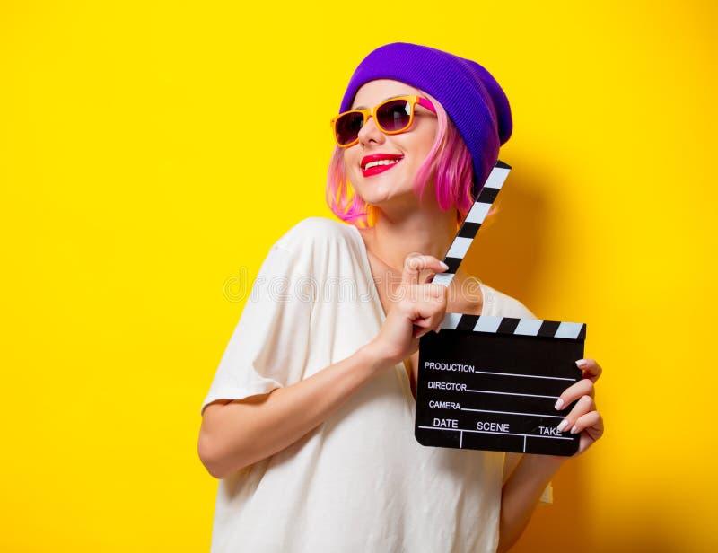 Dziewczyna z różowym włosianym mienie filmu clapper obraz stock
