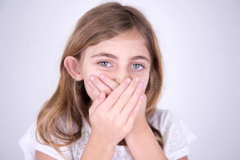 Dziewczyna z rękami w usta zdjęcia stock