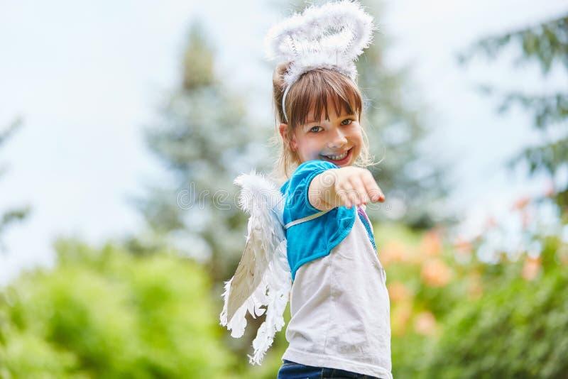 Dziewczyna z skrzydłami i anioła kostiumem obraz royalty free