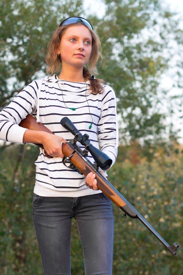 Dziewczyna z snajperskim karabinem fotografia stock