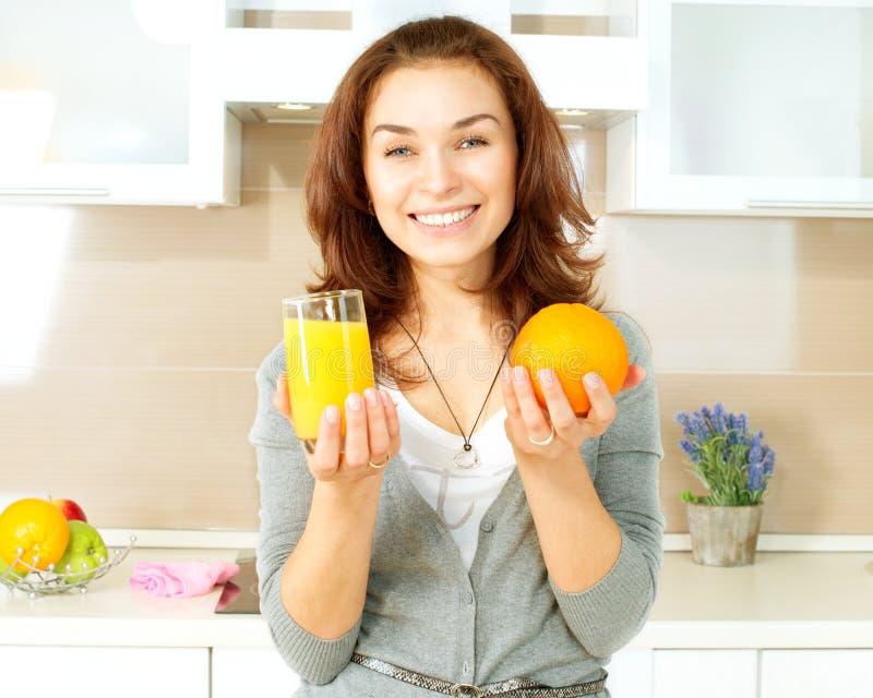 Dziewczyna z sokiem pomarańczowym zdjęcia royalty free